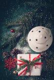 Julsammansättning med lyktan och gåvan Detaljerade 3d framför Royaltyfri Bild
