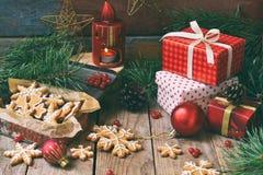 Julsammansättning med pepparkakakakor, gåvor, festlig garnering och granträdfilialen Ferie nytt år, Xmas-begrepp VI royaltyfri bild