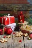 Julsammansättning med pepparkakakakor, gåvor, festlig garnering och granträdfilialen Ferie nytt år, Xmas-begrepp VI royaltyfria bilder