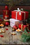Julsammansättning med pepparkakakakor, gåvor, festlig garnering och granträdfilialen Ferie nytt år, Xmas-begrepp VI fotografering för bildbyråer