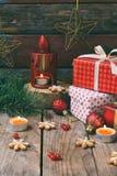 Julsammansättning med pepparkakakakor, gåvor, festlig garnering och granträdfilialen Ferie nytt år, Xmas-begrepp VI royaltyfria foton
