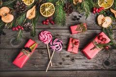 Julsammansättning på en trätabell Arkivfoton