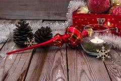 Julsammansättning på träbakgrund Arkivfoto