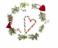 Julsammansättning som göras av grönt thujaris, xmas-trädgarneringar och godisrottingar på vit bakgrund Top beskådar Royaltyfri Bild