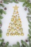 Julsammansättningsträd som göras av garneringar för nytt år, guld- bollar, hjärta, stearinljuset, klocka och vintersaker på vit royaltyfria bilder