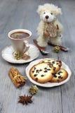 Julsammansättning: kopp kaffe, kex och en nallebjörn Arkivfoto