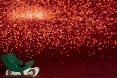 Julsanta släde på röd prickbokehbakgrund i mörkret arkivbilder