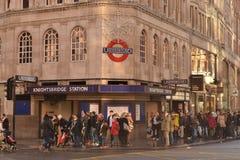 JulshoppareKnightsbridge underjordisk station London Arkivfoto