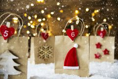 Julshoppingpåse, Santa Hat, snöflingor Arkivfoton
