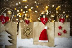 Julshoppingpåse, snöflingor, Santa Hat, stjärnor Royaltyfri Foto