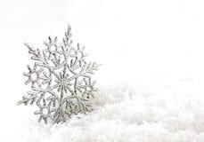 Julsilverbakgrund med snöflingor arkivfoton