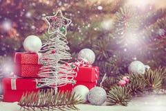 Julsilverträd med röda gåvor och silverbollar kortjul som greeting nytt år Arkivbild
