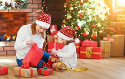 julskogen knurled morgon som snöig trails övervintrar wide den familjmodern och dottern packar upp, den öppna gåvan Royaltyfri Foto