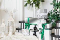 julskogen knurled morgon som snöig trails övervintrar wide klassiska lägenheter med en vit spis, dekorerat träd, ljus soffa, stor Royaltyfria Foton