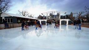 Julskridskoåkning på Museumpleinen i Amsterdam stock video