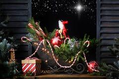Julsläde i fönsterstjärna i natthimmel royaltyfri foto