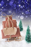 Julsläde på snö med lodlinjeblåttbakgrund, kopieringsutrymme Arkivfoto