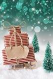 Julsläde på snö med lodlinjegräsplanbakgrund, kopieringsutrymme Royaltyfri Foto
