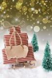 Julsläde på snö med lodlinjegulingbakgrund, kopieringsutrymme Royaltyfri Bild