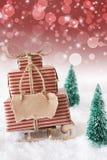 Julsläde på snö med vertikal röd bakgrund, kopieringsutrymme Arkivbilder