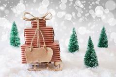 Julsläde på snö med vit bakgrund, kopieringsutrymme Arkivfoto