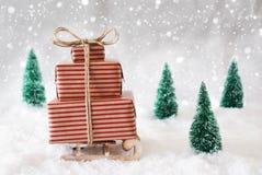 Julsläde på snö med vita bakgrund och snöflingor Arkivbild