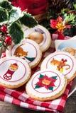Julsmörkakor dekorerade med juldiagram, på trä royaltyfria bilder