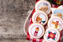 Julsmörkakor dekorerade med juldiagram, på trä arkivfoto