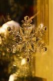 Julsnöflingagarnering med guld- signal Royaltyfria Foton