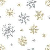 Julsnöflingahand som drar den sömlösa modellen på vit Som teckning för barn` s snöar färgpennan eller blyertspennaguld- och silve vektor illustrationer
