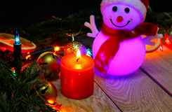 Julsnögubbe på en träbakgrund Fotografering för Bildbyråer