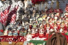 Julsnöjordklotbollen, på jul marknadsför båset i meran royaltyfria foton