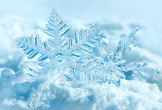 Julsnowflakes på snow Royaltyfri Bild