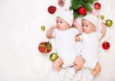 Julspädbarn kopplar samman arkivbilder