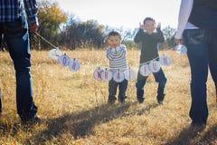 Julspänning med ungar Royaltyfria Foton