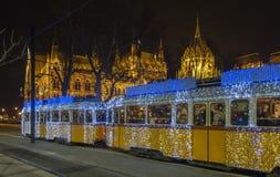 Julspårvagn framme av parlamentbyggnad, Budapest, Ungern Royaltyfria Foton