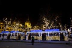 Julspårvagn i Budapest, med parlamentet in Arkivfoto