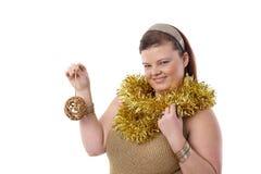 Julstående av den lyckliga överviktiga kvinnan arkivbild