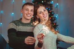 Julstående av ett älska par Man och kvinna på en julgranbakgrund Arkivbild