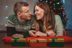 Julstående av ett älska par Man och kvinna på en julgranbakgrund Royaltyfria Foton