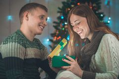Julstående av ett älska par Man och kvinna på en julgranbakgrund Royaltyfria Bilder