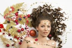 Julstående av kvinnan med xmas-garneringar royaltyfri bild