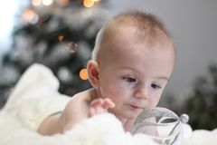 Julståenden av gulligt litet behandla som ett barn pojken Royaltyfri Bild