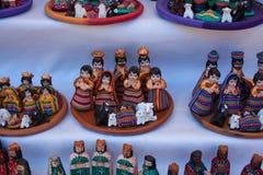 Julstatyetter som är till salu på den Chichicastenango marknaden Royaltyfri Bild