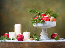 Julstilleben med äpplen och muttrar Arkivbilder