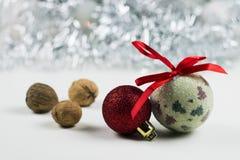 Julstilleben med bollar och muttrar för din kort eller design Royaltyfri Fotografi