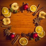 Julstilleben med frukt och kryddor Arkivfoto