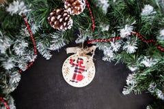 Julstilleben med leksakängel och julpynt lsoftfokus, suddig bakgrund arkivfoto