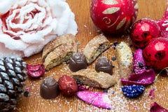 Julstilleben med ljust rödbrun honungkex, prydnader, sörjer, skor, gåvan, kranschokladgodis på en träbakgrund Royaltyfria Foton