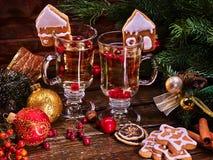 Julstilleben med par rånar den varma drinken Royaltyfria Bilder